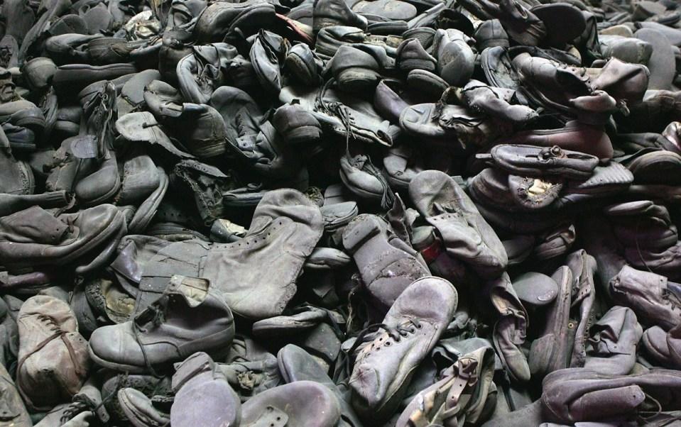 Zapatos de hombres, mujeres y niños que vivieron el Holocausto permanecen en el museo del campo de concentración de Auschwitz, Polonia (Getty Images/archivo)