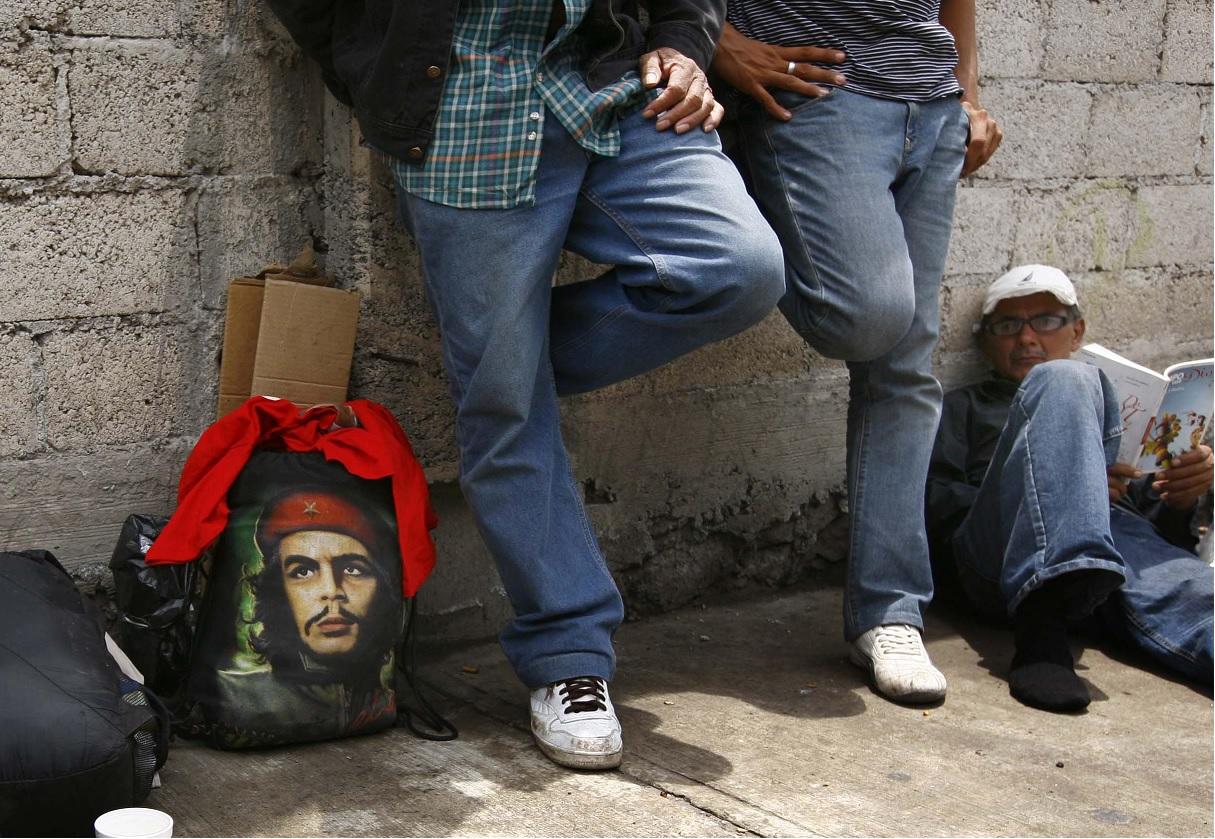 México deporta a 49 cubanos por