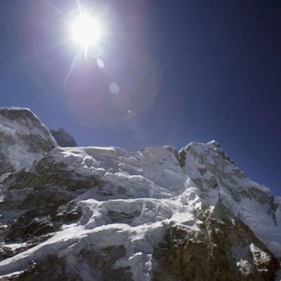 Nepal prohíbe a invidentes y amputados dobles escalar el Everest