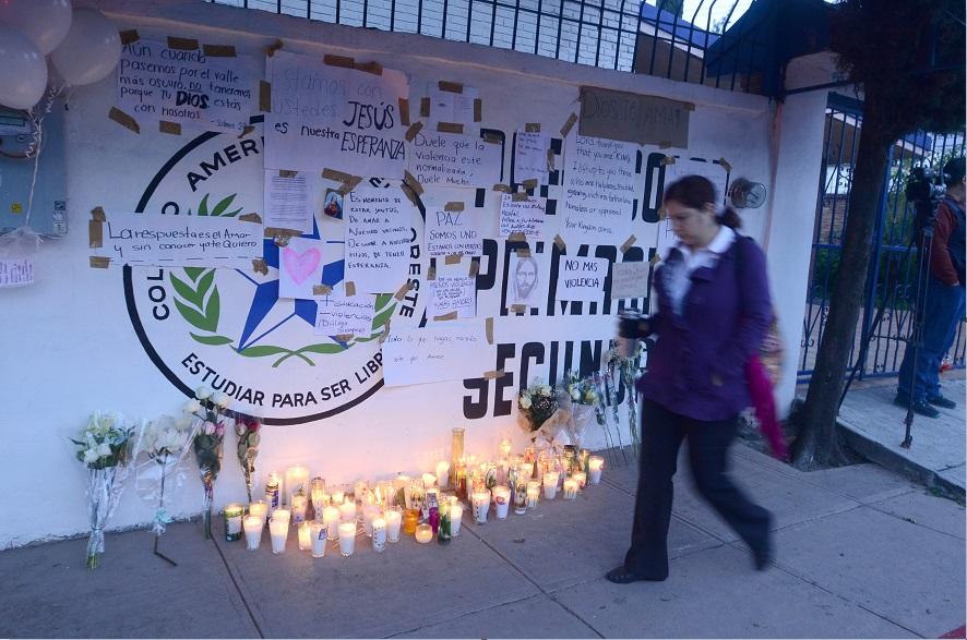 Altar en honor de los miembros del Colegio Americano del Noreste agredidos con un arma de fuego por un alumno; la maestra Cecilia muestra progreso en su estado de salud