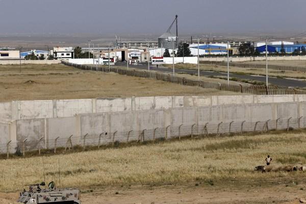 Muro fronterizo que separa Jordania e Irak