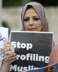 Una mujer en el Aeropuerto Internacional de San Francisco durante una manifestación para denunciar la orden ejecutiva de Donald Trump contra musulmanes EU (AP)
