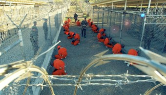 Prisioneros del enclave militar de Estados Unidos en Guantánamo en el año 2002.