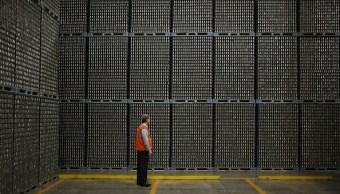 Trabajador frente a los inventarios de una empresa industrial (Getty Images)