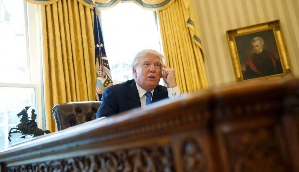 El presidente estadounidense, Donald Trump, es entrevistado por Reuters en la Oficina Oval de la Casa Blanca. (REUTERS)