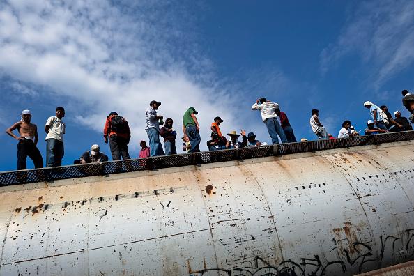Migrantes esperan que el tren 'La Bestia' retome su recorrido. (Getty Images, archivo)