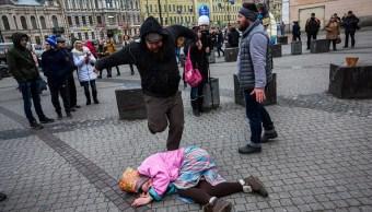 El 29 de enero de 2017, activistas rusos actuaron durante una protesta contra el proyecto de ley que despenaliza la violencia doméstica, en San Petersburgo, Rusia. (Getty Images, archivo)