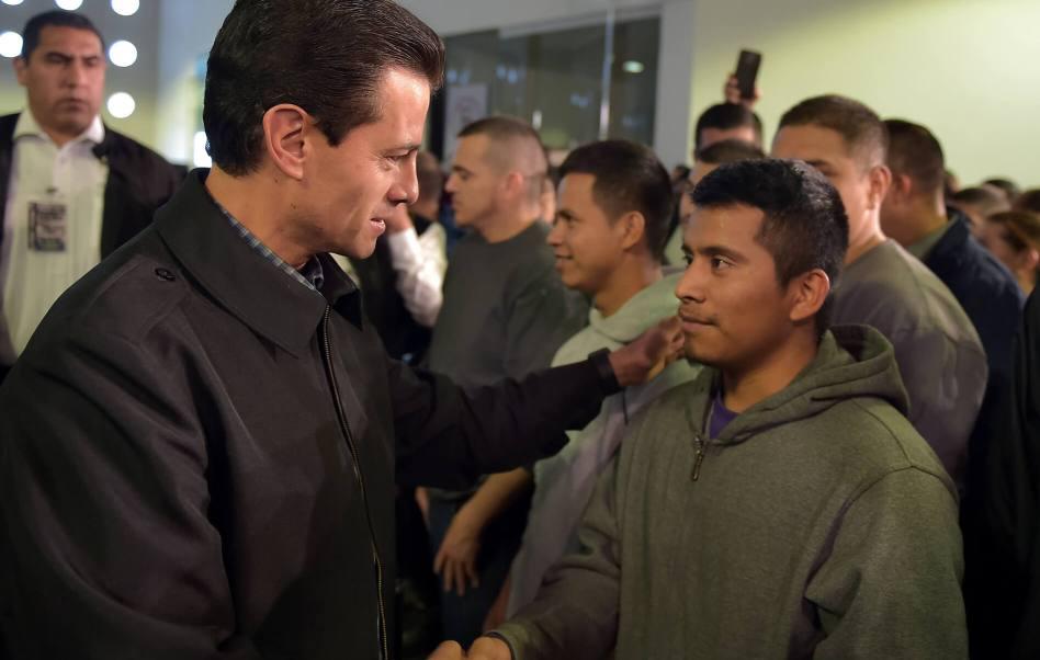 El presidente Enrique Peña Nieto se reunió en privado con los migrantes en el aeropuerto. (Notimex)