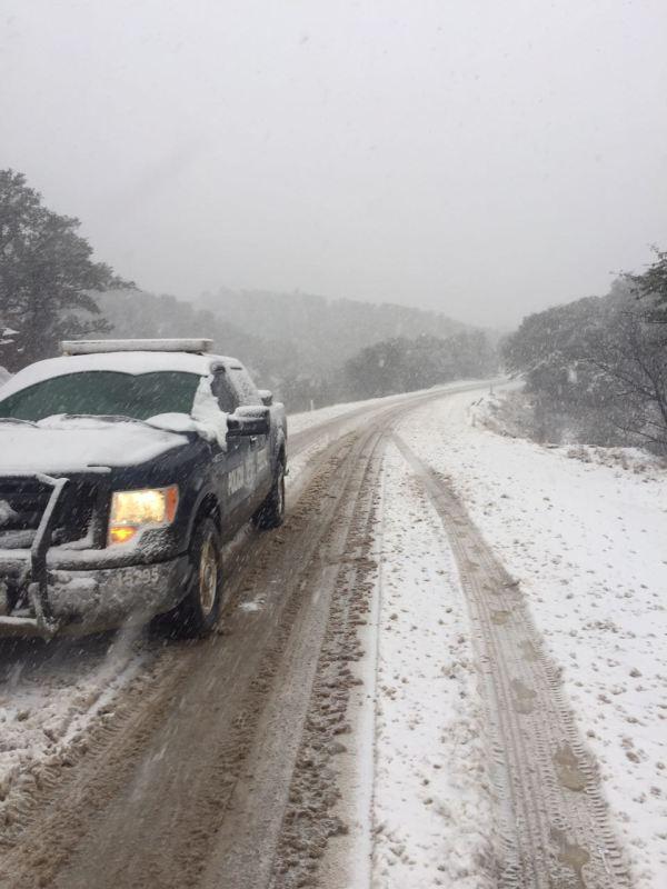 Cierran tramos carreteros en Sonora por nevadas y fuertes lluvias