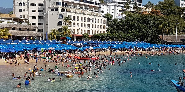 En la bahía de Acapulco el turismo aprovecha para broncearse, caminar por la costa o divertirse con los deportes náuticos extremos.