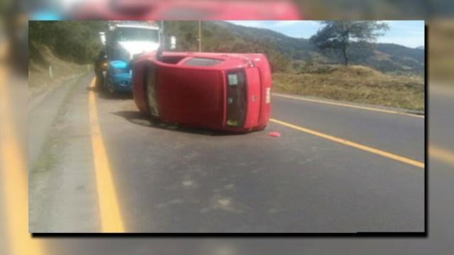 Dos accidentes afectan la autopista Veracruz-Puebla; un auto vuelca en el kilómetro 244+300