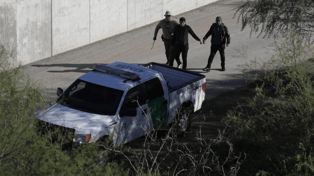 Agente de la Patrulla fronteriza arresta a migrantes en la frontera con Texas. (AP, archivo)