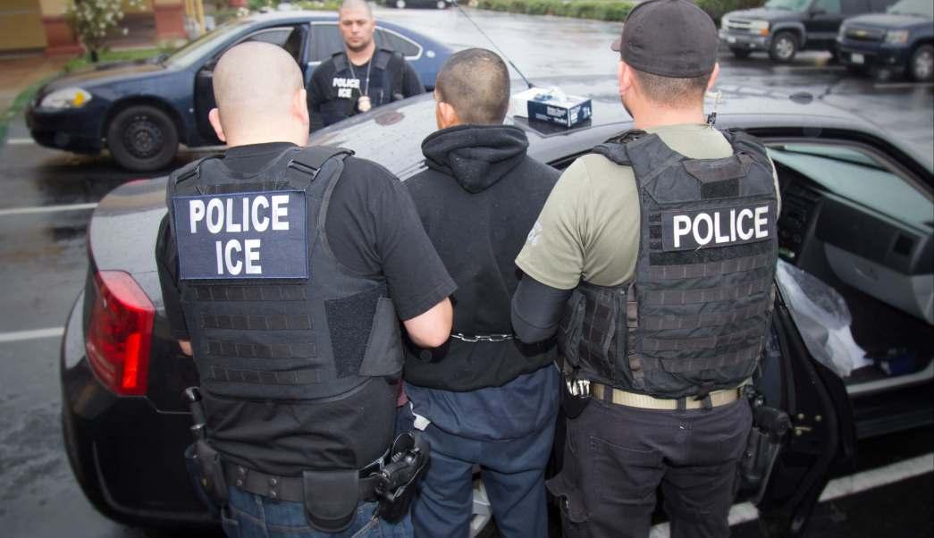 Agentes migratorios de Estados Unidos detienen a un migrante (AP)