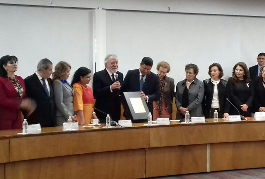 La Cámara de Diputados recibió un ejemplar original de la Constitución Política de la Ciudad de México. (@A_Encinas_R)