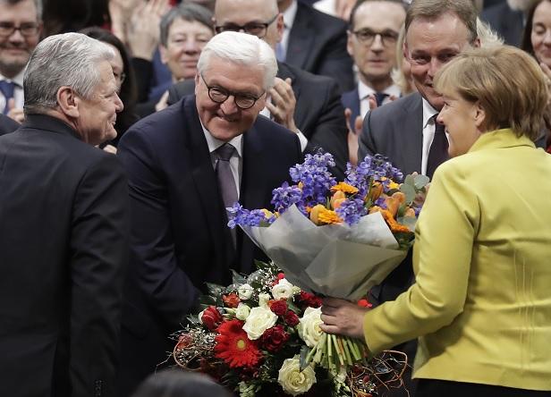 El recién elegido presidente de Alemania, Frank-Walter Steinmeier, segundo de la izquierda, es felicitado por el presidente alemán, Joachim Gauck, a la izquierda, y la canciller alemana, Angela Merkel (AP)