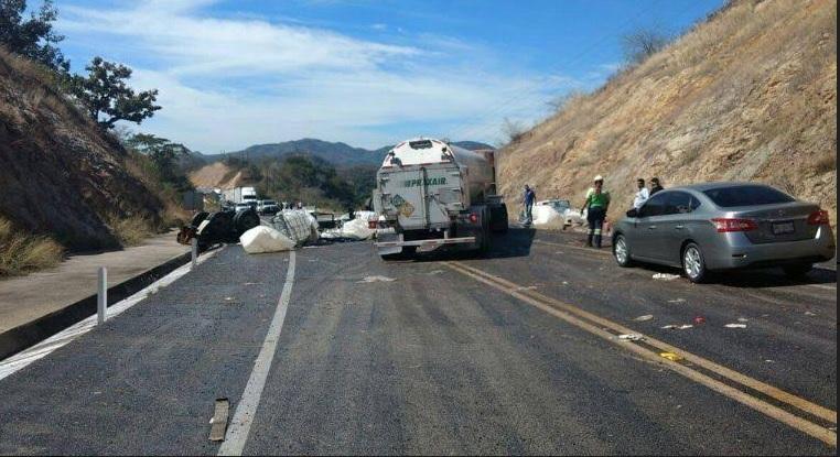 La tarde del lunes un camión cisterna cargado de químicos volcó sobre la Maxipista Mazatlán –Durango, derramando miles de litros de nitrato de calcio