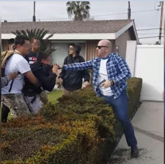 Policía de civil pelea con jóvenes latinos y dispara