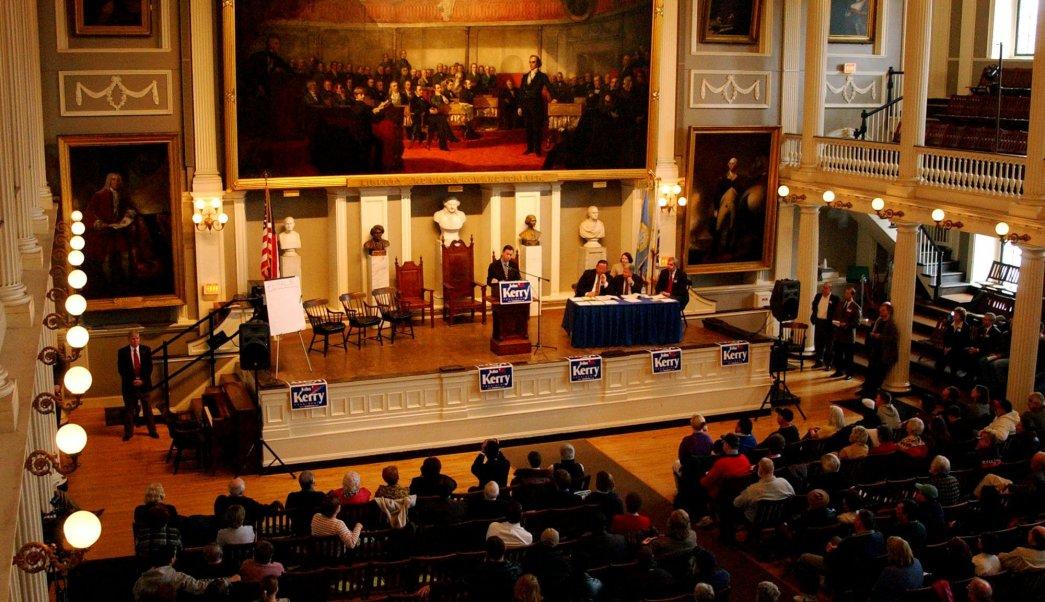 Los demócratas reunidos en el histórico Faneuil Hall de Boston antes de votar para elegir a los delegados a la Convención Nacional Demócrata, el 3 de abril del 2004. (AP/archivo)
