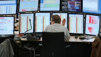 Operador del mercado bursátil europeo atento a la jornada de cotizaciones (AP)