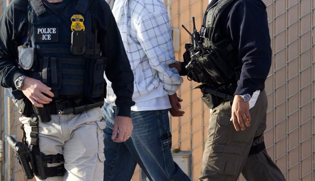 Agentes de la Agencia de Inmigración y Aduanas (ICE, por sus siglas en inglés) detienen a un inmigrante en California. (AP/archivo)