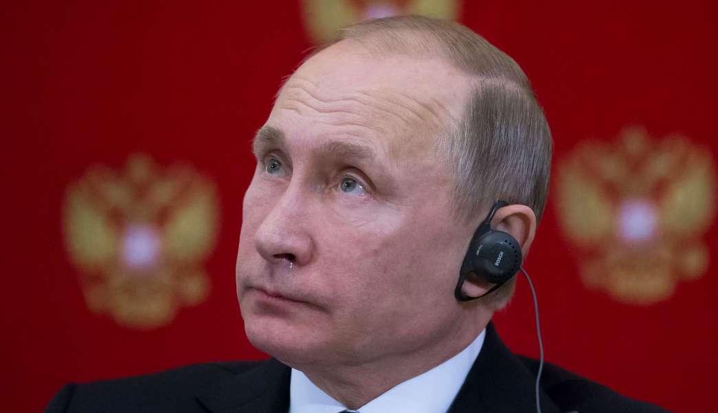 El presidente ruso, Vladimir Putin, escucha la pregunta de un periodista durante una conferencia de prensa con el presidente de Eslovenia, Borut Pahor. (AP)