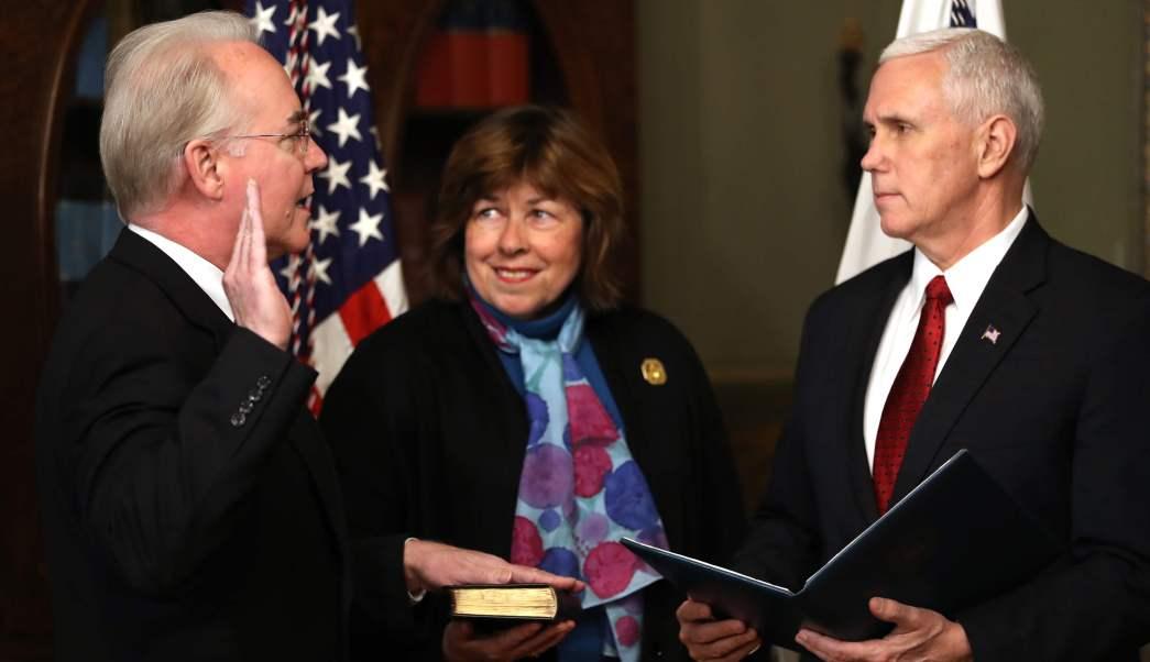 El vicepresidente Mike Pence encabezó la juramentación de Tom Price horas después de la votación en el Senado.