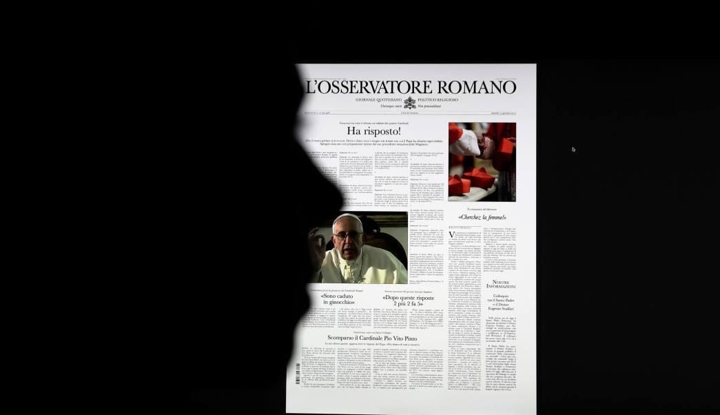 Una falsa copia del periódico vaticano L'Osservatore Romano, se exhibe en un monitor en Roma. (AP)