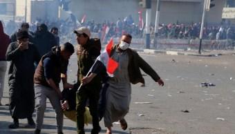 Un manifestante lesionado es asistido tras los enfrentamientos entre fuerzas de seguridad y manifestantes durante una protesta contra la corrupción. (AP)
