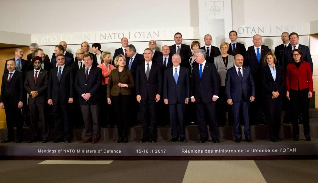 Los ministros de Defensa de la OTAN posan durante una fotografía grupal en la sede de la Alianza Atlántica en Bruselas. (AP)