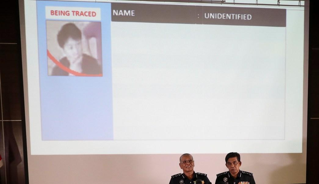 El jefe adjunto de la Policía Nacional de Malasia, Noor Rashid Ibrahim (i), muestra una imagen de un transeúnte no identificado que podría estar implicado en asesinato de Kim Jong-nam. (AP)