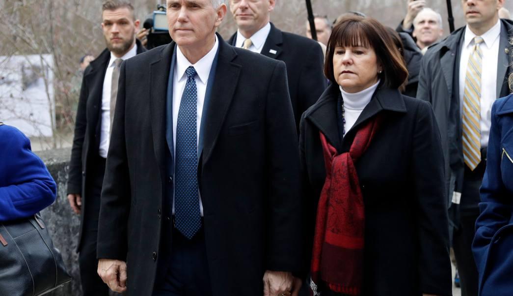 El vicepresidente estadounidense Mike Pence, su esposa Karen y su hija Charlotte visitan el antiguo campo de concentración nazi en Dachau, cerca de Munich, al sur de Alemania. (AP)