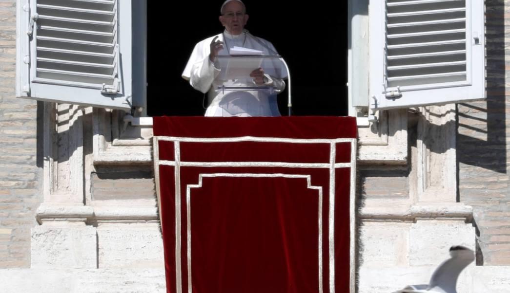 El papa Francisco da su mensaje desde la ventana de estudio con vista a la Plaza de San Pedro durante su oración del Ángelus, en el Vaticano