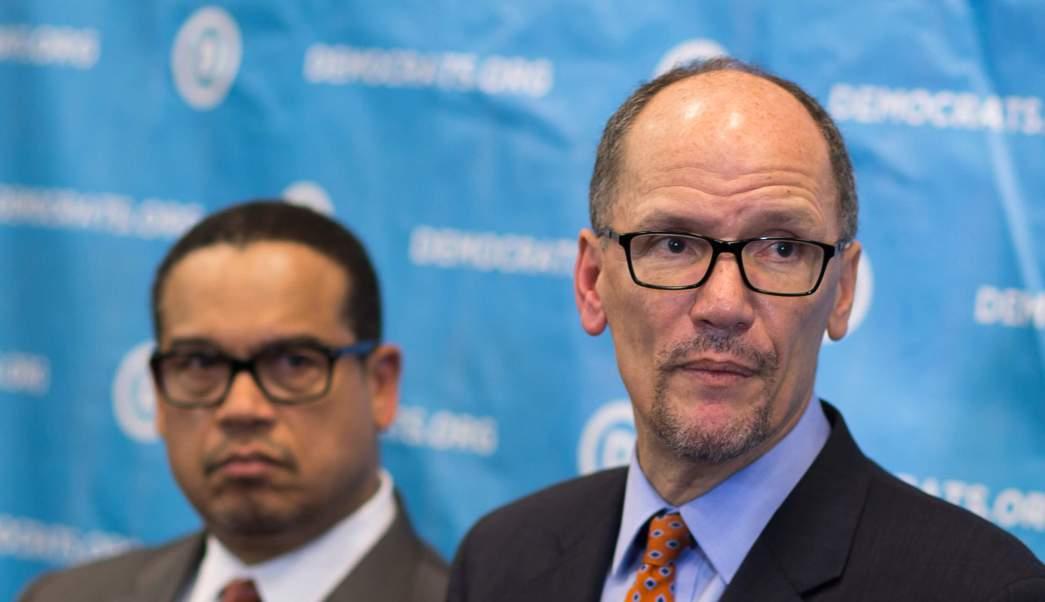 El recién elegido presidente del Comité Nacional Demócrata, Tom Pérez (D), a la derecha, y el representante Keith Ellison, quien fue nombrado vicepresidente, escuchan una pregunta de los medios. (AP)