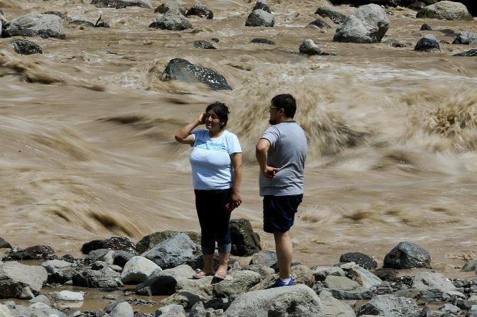 Miles de personas permanecen aisladas y evacuadas, y casi un millón y medio de hogares siguen sin agua en más de 30 comunas (AP)
