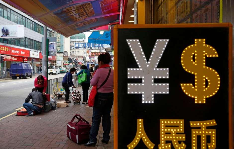 Vista de una casa de cambio con los símbolos de la moneda china y el dólar (AP)