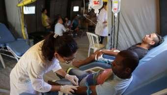 Los pacientes reciben tratamiento en una unidad móvil médica en el barrio Brazlandia de Brasilia, Brasil, tras ser afectados por la malaria. (AP/archivo)