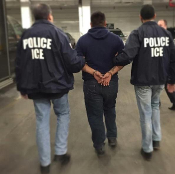 Oficiales de ICE realizan el arresto de un inmigrante de nacionalidad mexicana (Instagram @icegov)