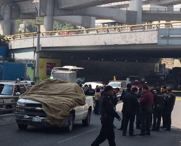 De acuerdo con los primeros reportes, el hombre, de aproximadamente 54 años, viajaba a bordo de su camioneta tipo Pick Up, color blanco. (JerrxG13 )