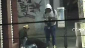En el video se observa a uno de los ladrones sentado sobre la víctima. (Noticieros Televisa)
