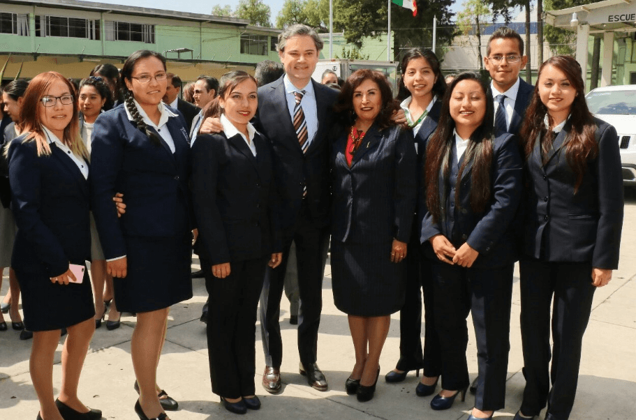 Aurelio Nuño, secretario de Educación, con normalistas. (@aurelionuno)