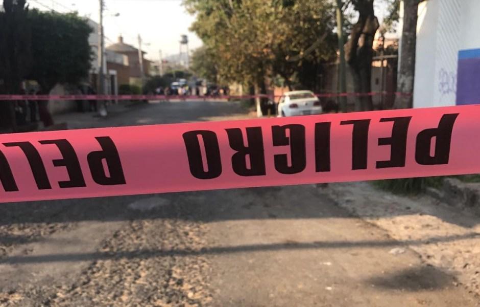 Autoridades resguardan la zona en donde escoltas del alcalde de Jiutepec, Morelos, fueron atacados. (Noticieros Televisa)