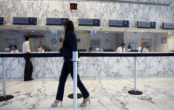 Los bancos de México deberán ofrecer cuentas básicas con servicios en ventanilla y en cajeros a beneficiarios de programas sociales. (Getty Images)