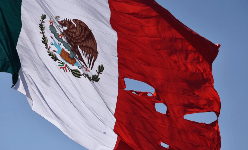 La bandera se rasgó al enredarse con una estructura del sonido local. (Twitter @jrisco)