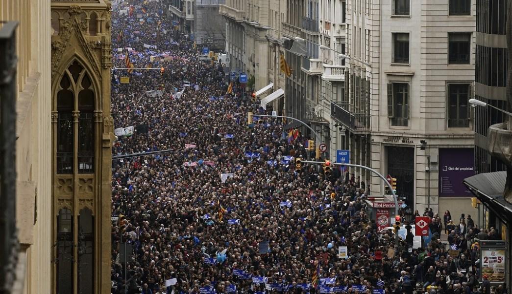 Miles de personas marchan para exigir al gobierno de España que intensifique sus esfuerzos para ayudar a los refugiados que han huido de la guerra en Siria (AP)