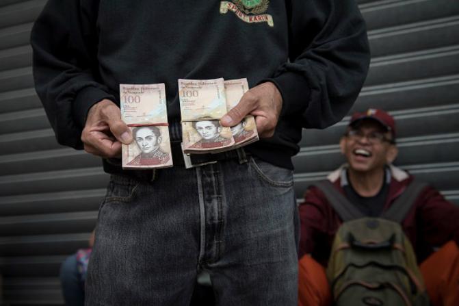 Esta es la cuarta vez que el Gobierno venezolano prorroga la vigencia del billete de 100 bolívares (Getty Images/Archivo)