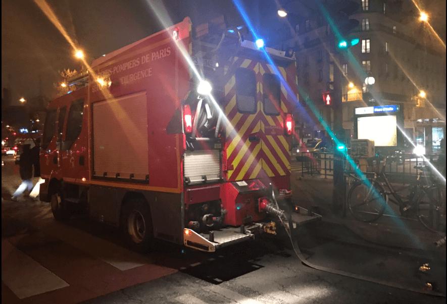 Bomberos fuera del Metro de París (@RemyBuisine)