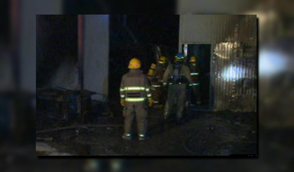 Bomberos en Monterrey controlan un incendio en una bodega de plásticos, ubicada en la colonia La Reforma; una persona resulta intoxicada (Noticieros Televisa)