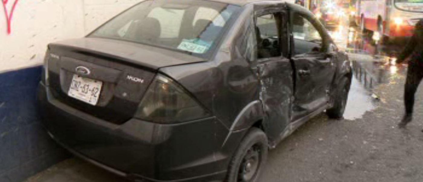 Camión choca a un automóvil particular en Monterrey, Nuevo León. (Noticieros Televisa)