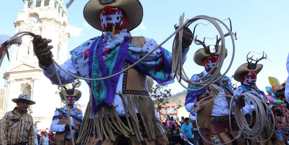 Tambores y trompetas anunciaron la llegada de los cornudos, originarios de Calnali.