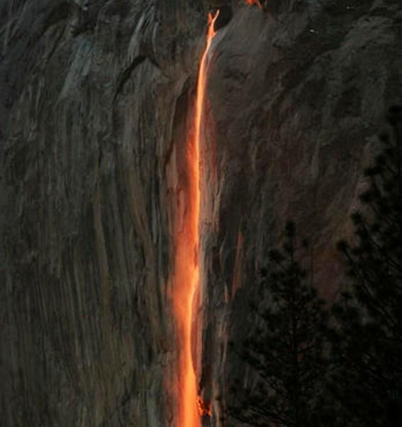La madre naturaleza regala un espectáculo: Un rayo de sol crea un resplandor cerca de una cascada, en el Parque Nacional de Yosemite, en California (AP)